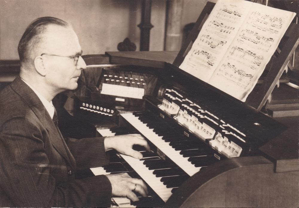 Greshake Georg an der Orgel s